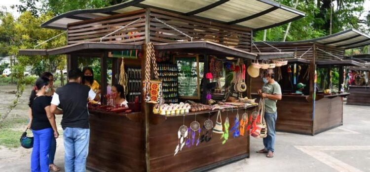 La Alcaldía de Leticia entregó cuatro casetas para apoyar la reactivación económica de la ciudad y de algunas asociaciones de artesanos