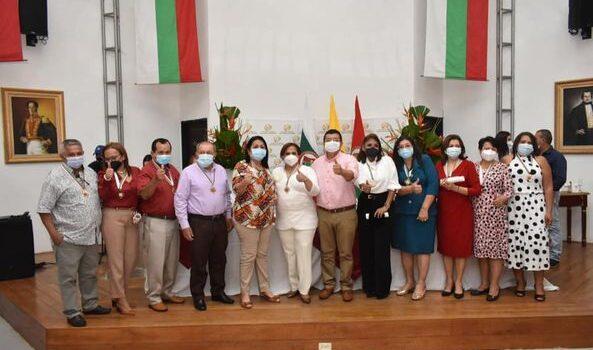 El alcalde de Arauca otorgó medalla Bicentenario al Mérito Educativo a docentes que llevan más de 43 años al servicio de la comunidad educativa