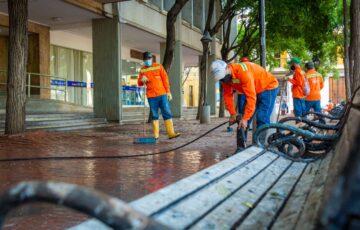 Con jornada de limpieza y desinfección, Essmar interviene el Parque Bolívar en Santa Marta